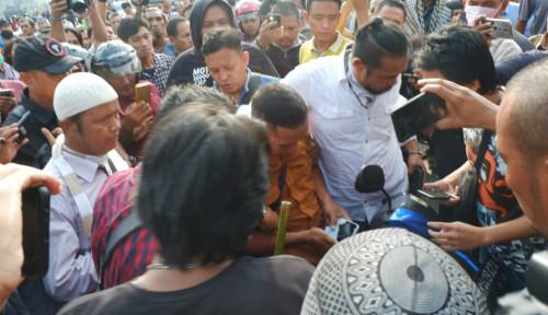 Foto Polisi Amankan Pria di Depan Bawaslu Sumut Gara-Gara...