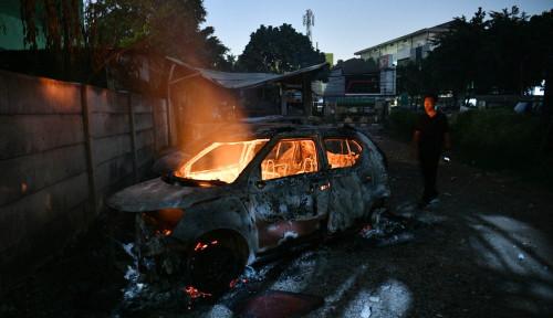 Foto Mobil Sedan Terbakar di Cawang