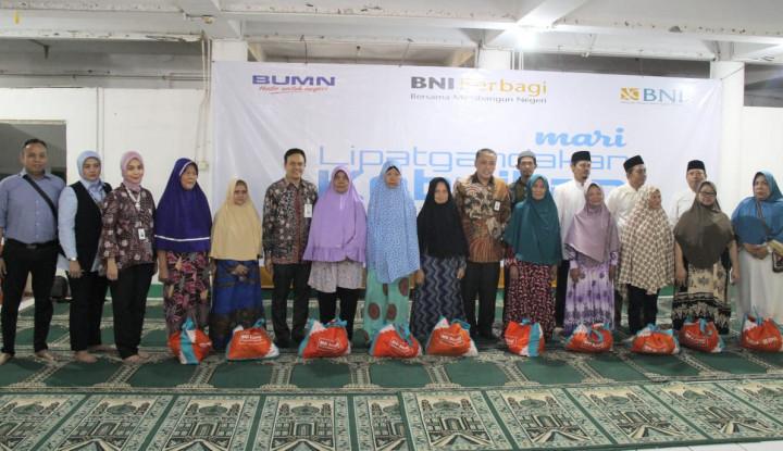 BNI Wilayah Jakarta Senayan Bagikan Ribuan Paket Sembako - Warta Ekonomi