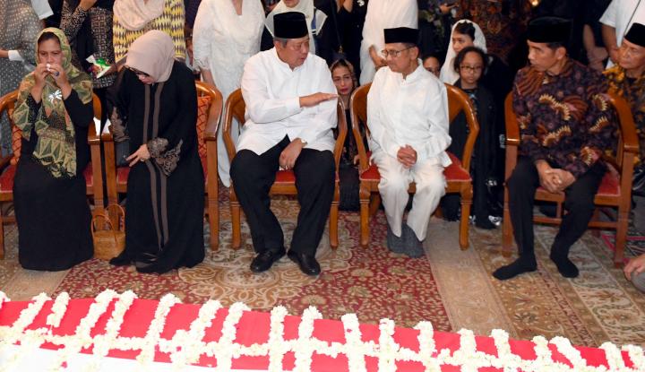 Serupa dengan SBY, Habibie Pun Ziarah ke Makam Ainun