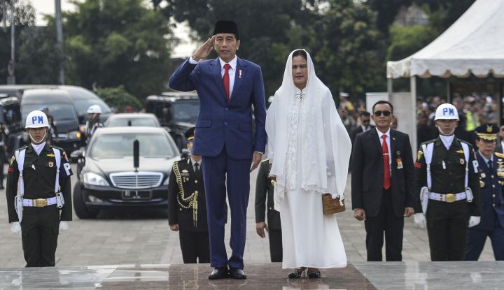 Ada yang Bersujud Kepadanya, Jokowi Bereaksi... - Warta Ekonomi