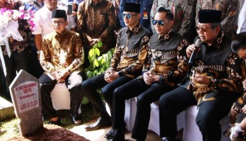 Foto Di Hari Ayah,  SBY Nasihati Mas Agus, Hati Ini Meleleh...