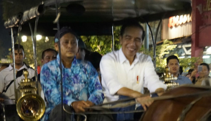 Jokowi Sayang Banget Sama Cucu, Ajak Naik Andong