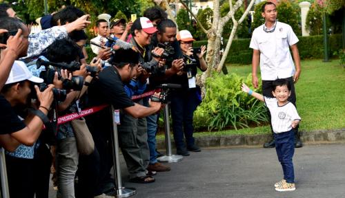 Foto Jan Ethes Diajak Blusukan oleh Mbah Jokowi ke Pasar Solo