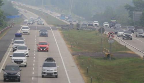 Foto Polisi Hentikan Sementara Kebijakan One Way di Tol