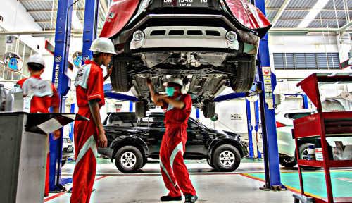 Foto Pelanggan Puas, Mitsubishi Rajai Pasar Otomotif Indonesia