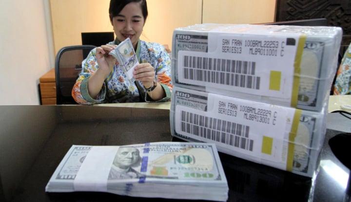 Foto Rupiah Kebobolan! Dolar AS Tembus Rp14.100