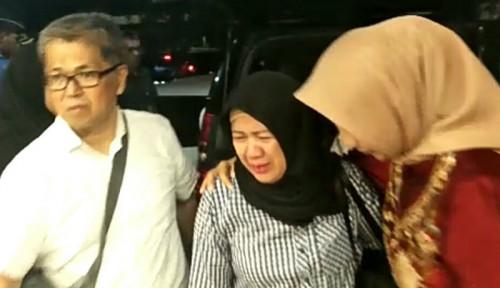 Foto Istri Almarhum Sutopo Tak Berhenti Menangis