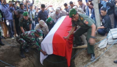 Foto Isak Tangis Iringi Pemakaman Sutopo di Boyolali