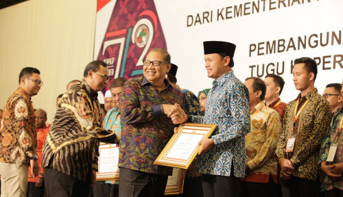 Foto Menteri Puspayoga Beri Penghargaan ke Insan Koperasi