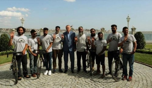 Foto Tunaikan Ibadah Haji, Kisah Haru 8 Warga Inggris Naik Sepeda dari Inggris ke Madinah