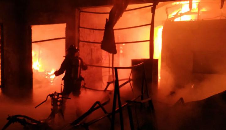 Dampak Mati Listrik, Korban Kebakaran Mengungsi di Kuburan - Warta Ekonomi