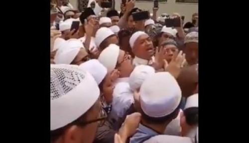 Foto FPI Bantah Habib Rizieq Serobot Doa di Makam Mbah Moen, Ini Katanya