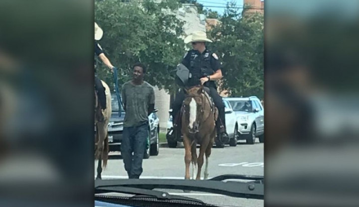 Foto 2 Petugas Polisi di Amerika Seret Pelaku Kriminal Pakai Kuda Banjir Kecaman - Warta Ekonomi