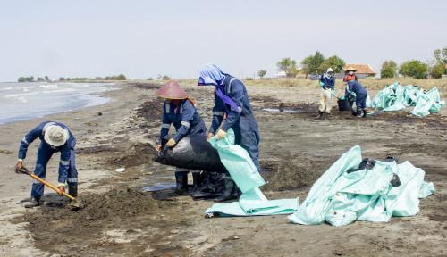 Tumpahan Minyak Tak Kunjung Selesai, TNI–Polri Turun Tangan