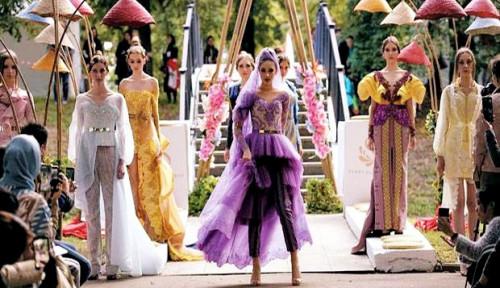 Foto Busana Anggun dan Menawan Karya Desainer Indonesia Pukau Rusia