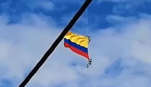 Foto Video: Kibarkan Bendera dari Atas Helikopter, 2 Prajurut di Kolombia Jatuh