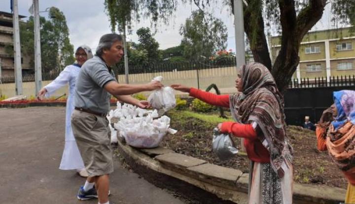 Masyarakat Indonesia Bagikan Daging Kurban di Addis Ababa - Warta Ekonomi