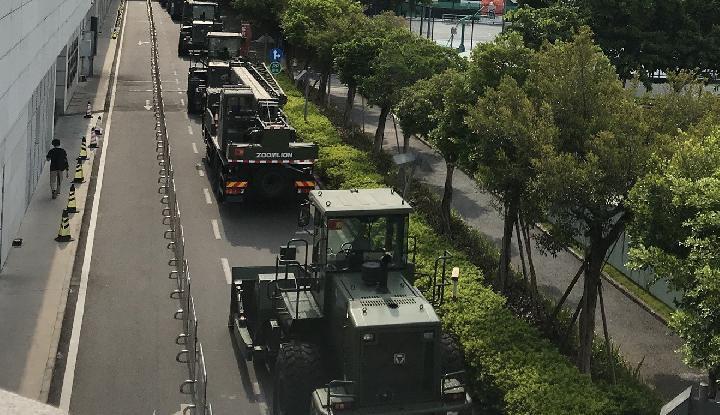 Militer China Kerahkan Puluhan Kendaraan ke Kota Dekat Hong Kong - Warta Ekonomi