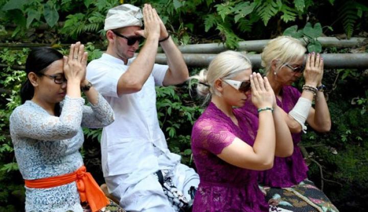 Pasangan Selebgram Asal Ceko Ikuti Upacara Pembersihan di Bali - Warta Ekonomi