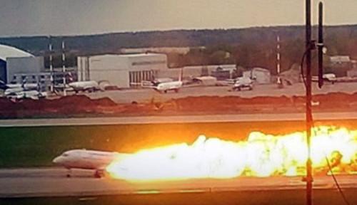 Foto Pesawat Omni Air Angkut Pasukan AS Terbakar di Bandara Irlandia