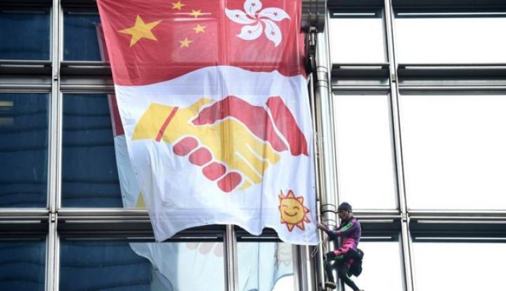 Pria Ini Serukan Perdamaian China-Hong Kong dengan Bentangkan Spanduk Raksasa - Warta Ekonomi