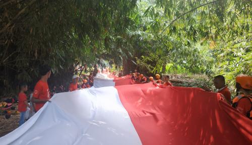 Foto HUT RI, Askrindo Bentangkan Bendera 74 Meter di Ciliwung
