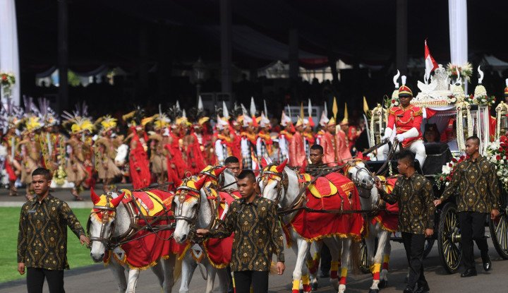 Mulai dari Kirab Bendera Pusaka sampai Dentuman Meriam, Potret TNI pada Peringatan HUT ke-74 RI - Warta Ekonomi