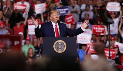 Foto Diserang saat Berpidato, Donald Trump: 'Tolong Keluarkan Dia dari Sini'