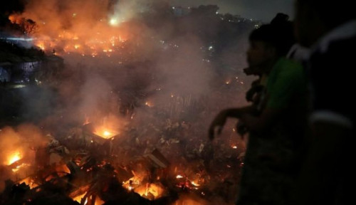 Foto Kebakaran Dahsyat Hanguskan Ribuan Rumah di Pemukiman Kumuh Bangladesh