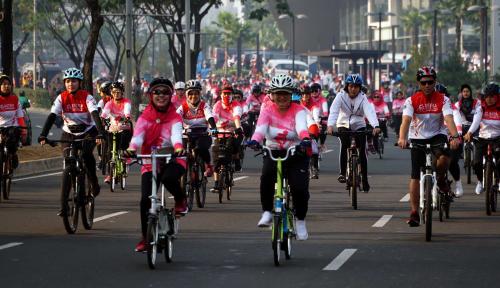 Foto Polisi Belum Tilang Pemotor Lewati Jalur Sepeda, Kenapa?