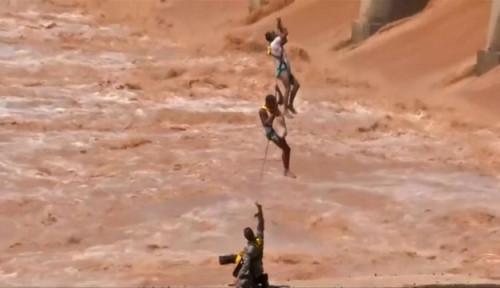 Foto Deg-degan, Angkatan Udara India Selamatkan Dua Pria Terjebak Luapan Sungai Deras