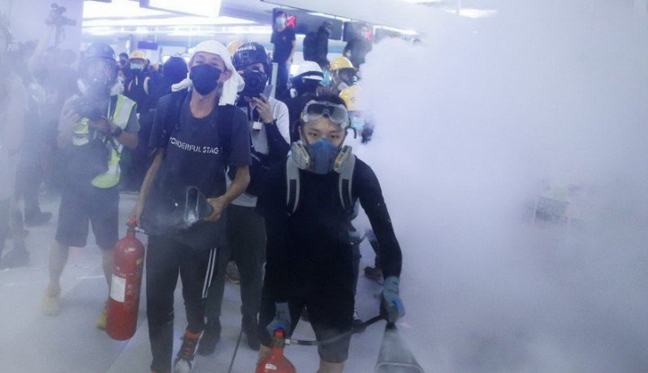 Massa Bentrok dengan Polisi, Tuntut Serangan di Stasiun Kereta Hong Kong - Warta Ekonomi