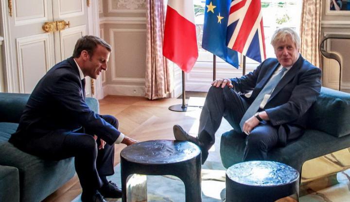 Bertemu Presiden Prancis, Boris Johnson Angkat Kaki ke Meja - Warta Ekonomi