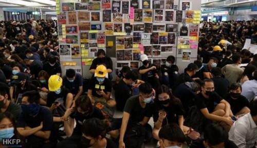 Foto Seperti Keluarga Baru, Pengunjuk Rasa Hong Kong Adakan Dinner Natal Bersama