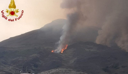 Foto Video: Gunung Berapi Stromboli di Italia Meletus, Keluarkan Lava dan Abu Vulkanis