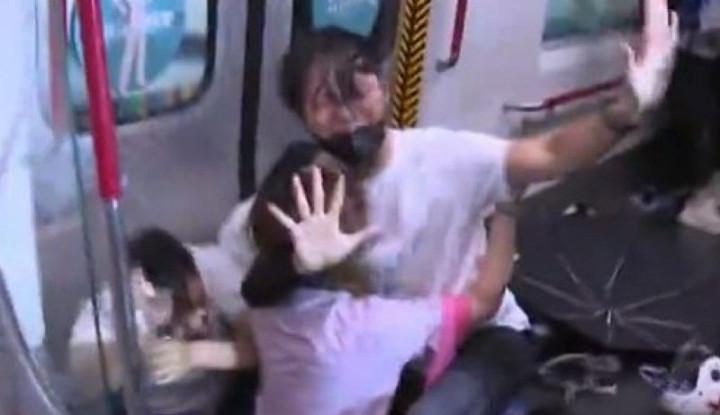 Foto Demonstran Garis Keras Hong Kong Dipukul Polisi di dalam Kereta Tuai Kecaman - Warta Ekonomi