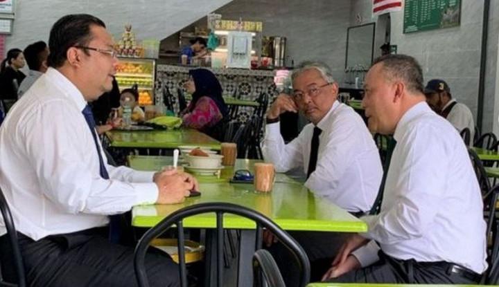 Raja Malaysia Terlihat Makan Siang Santai di Sebuah Restoran - Warta Ekonomi