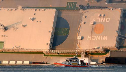 Foto Kapal Kargo Pengangkut 4.000 Mobil Terbalik, 4 ABK Hilang