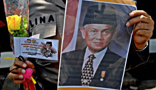 Foto Habibie Diberi Kehormatan oleh Rakyat Timor Leste