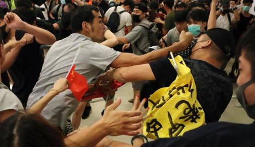 Foto Unjuk Rasa Tak Kunjung Usai, Warga Hong Kong Tarik Semua Uang di ATM