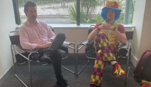 Foto Karyawan di Selandia Baru Bawa Badut ke Kantor saat Tahu Dirinya Akan Dipecat