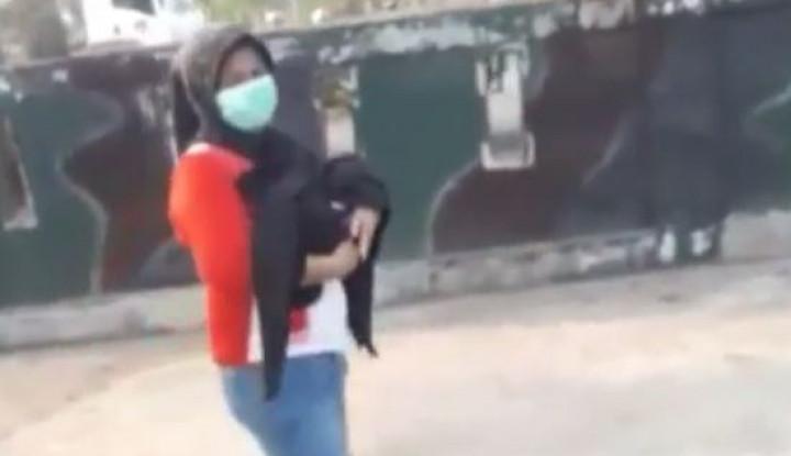 Heboh! Video Polisi Bantu Ibu Gendong Bayinya di Jalan yang Telah Meninggal - Warta Ekonomi