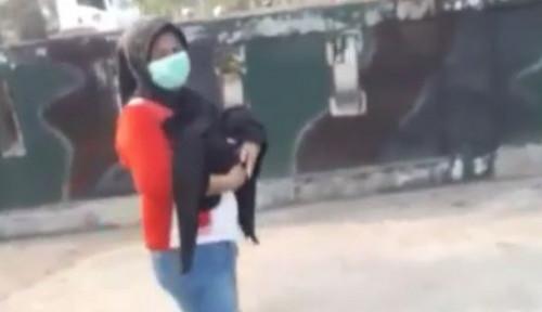 Foto Heboh! Video Polisi Bantu Ibu Gendong Bayinya di Jalan yang Telah Meninggal