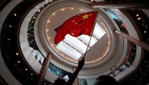 Foto Unjuk Rasa Hong Kong Injak Bendera China, Pukuli Pria Tua, dan Rusak Fasilitas Transportasi