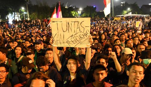 Foto Warga Beri Penghormatan Perjuangan Mahasiswa