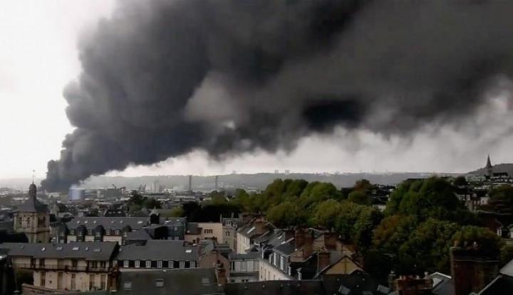 Pabrik Kimia di Prancis Terbakar, Asap Hitam Pekat Selimuti Kota - Warta Ekonomi