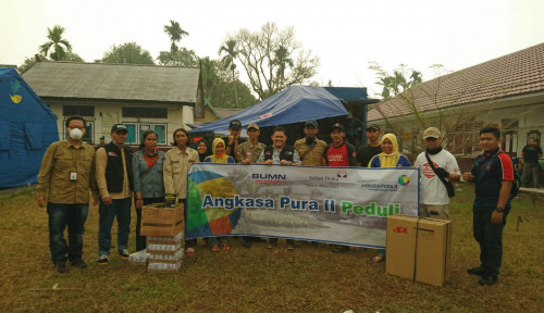 Foto AP II Bagikan Bantuan pada Masyarakat Terdampak Karhutla