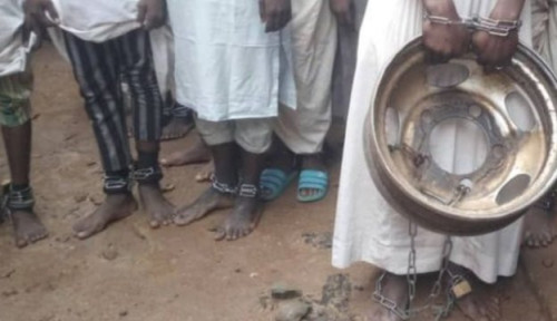 Foto Polisi Pulangkan 67 Siswa yang Ditemukan Dirantai dari 'Rumah Penyiksaan'