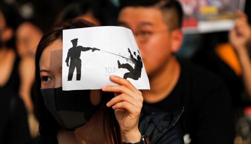 Foto Ratusan Orang Lakukan Aksi Duduk, Buntut Polisi Tembak Demonstran